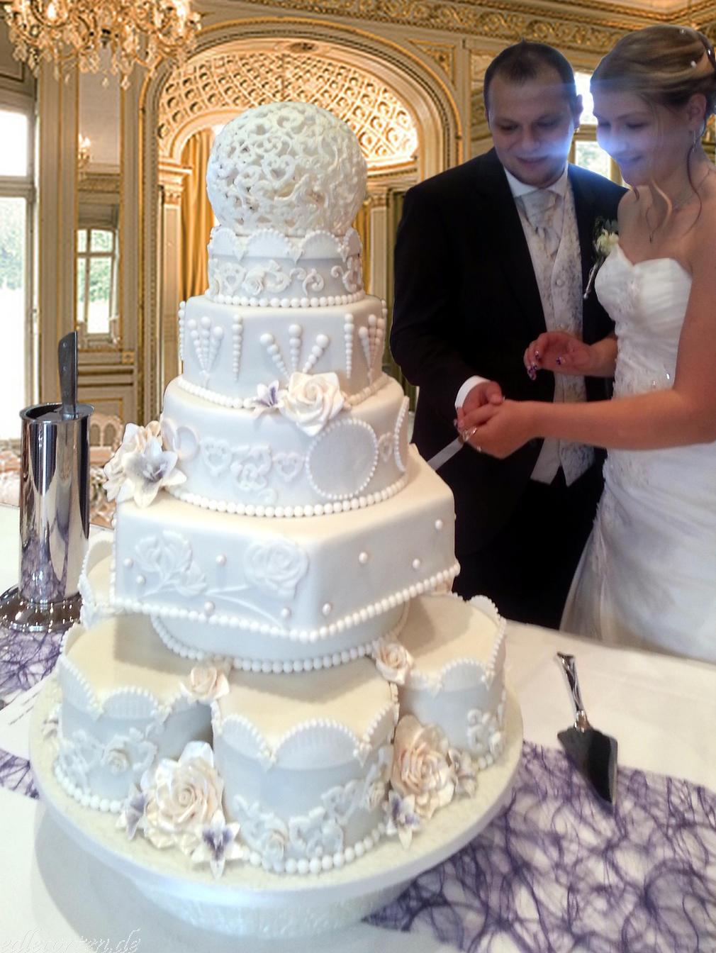Hochzeitstorte Dresden Munchen Anschnitt Durch Das Brautpaar